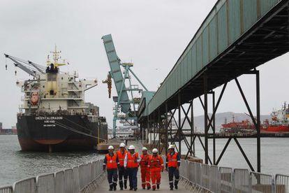 Varios trabajadores operando en un carguero en el puerto de Callao de Lima