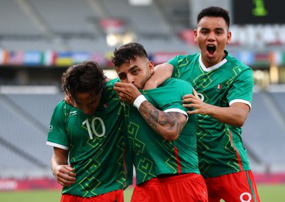 Diego Lainez, Alexis Vega and Carlos Rodríguez celebrate the first goal against France, this Thursday at the Olympic Games.