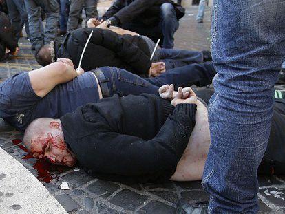 Ultras holandeses detenidos en Roma.