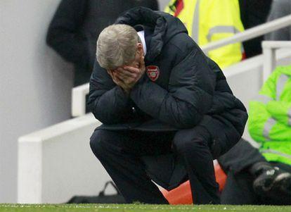 Arsene Wenger se lamenta tras perder ante el Tottenham.