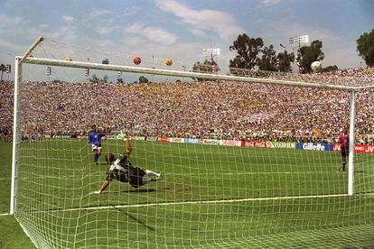 Baggio dispara alto ante Taffarel en la final del Mundial de 1994 entre Brasil e Italia.