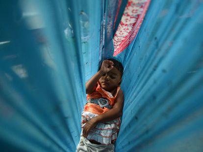 Se cumplen 25 años desde que el mundo prometiera a los niños que haríamos todo lo posible para proteger y promover sus derechos a sobrevivir y prosperar, a aprender y crecer, para que se hagan oír y alcancen su pleno potencial. Te mostramos una selección de imágenes donde los más pequeños son los protagonistas. En la imagen, un niño desplazado por las inundaciones en Sri Lanka descansa en el interior de una cuna improvisada en un campo de refugiados administrado por el gobierno en Poonagalla, el 31 de octubre de 2014.