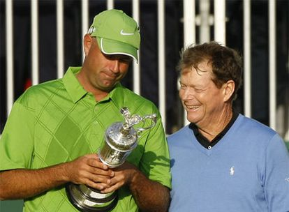 Stewart Cink, con la copa que le reconoce como ganador del Open Británico, y Tom Watson.