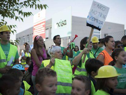 Familias protestan el viernes en el colegio Miguel de Cervantes (Getafe) que sigue en obras.