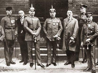 Hitler, junto a otros acusados por el 'putsch' de Múnich, durante el juicio.