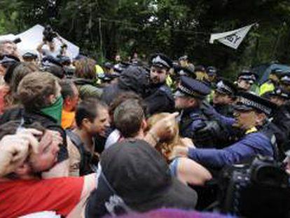 Numerosos manifestantes bloquean la carretera a la entrada de la sede de la compañía energética Cuadrilla en Balcombe.