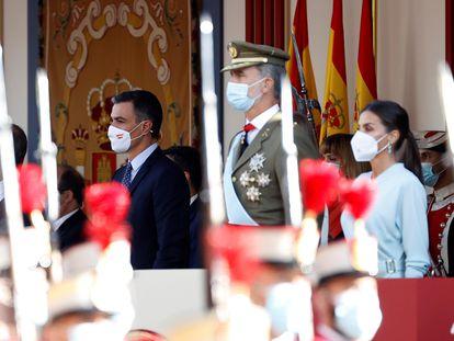 Felipe VI preside el desfile militar del 12 de octubre en Madrid, acompañado de la reina Letizia y Pedro Sánchez.