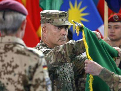 Arriada de la bandera de la ISAF este domingo en Kabul.