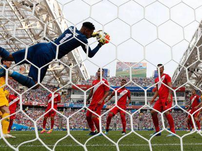 El meta peruano Pedro Gallese detiene un remate de la selección de Australia.