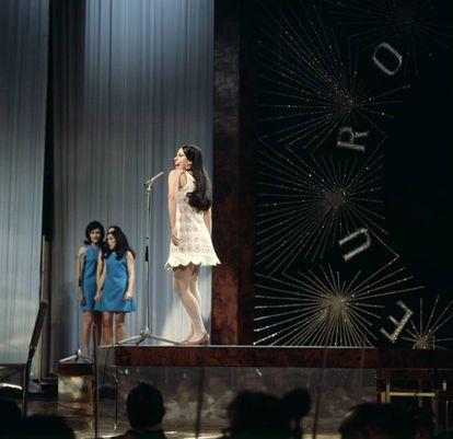 Massiel en Eurovisión 1968 cantando 'La, la, la'. Ganó el festival, aunque está la leyenda de que la España franquista compró los votos.