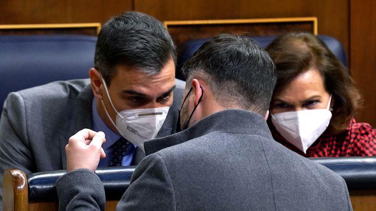 Gabriel Rufián, con Pedro Sánchez y Carmen Calvo el pasado día 17 en el Congreso.