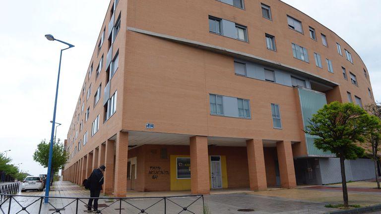 Vista del inmueble donde la mujer se arrojó desde un tercer piso en Valladolid.