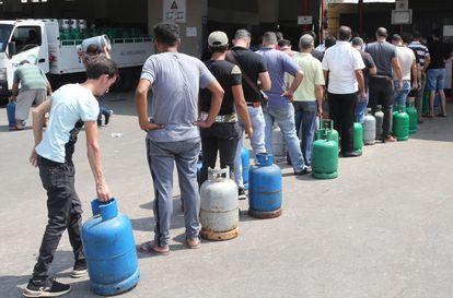 Cola para recargar bombonas de gas, el lunes en una gasolinera de Beirut.