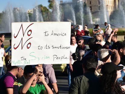 Manifestantes sirios protestan contra las sanciones de EE UU, en la plaza Omeya de Damasco el pasado 11 de junio.