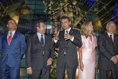 El ministro de Industria, Miguel Sebastián; el alcalde de Barcelona, Jordi Hereu; Zapatero; la ministra de Ciencia y Tecnología, Cristina Garmendia y el ministro de Exteriores, Miguel Ángel Moratinos, en la Expo de Shanghai.