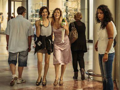 En el centro, Micaela Ramazzotti y Valeria Bruni Tedeschi, en un fotograma de 'Locas de alegría'.