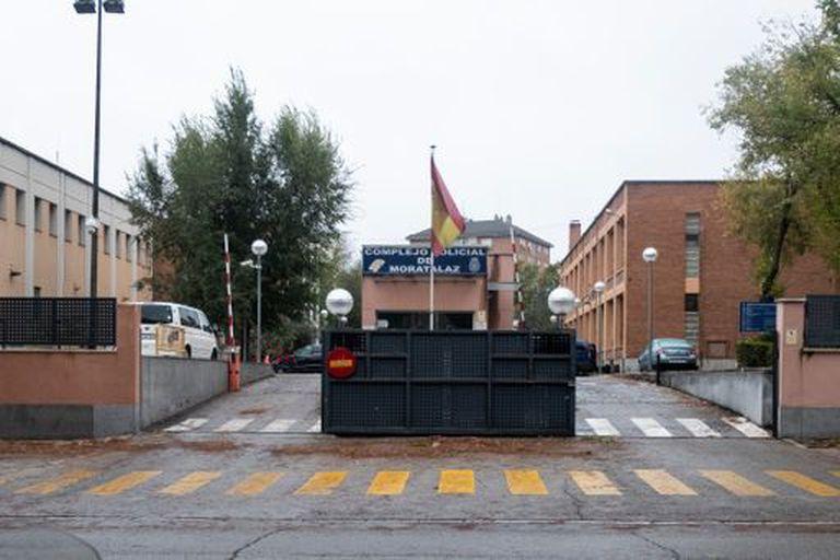 Entrada del complejo policial de Moratalaz en Madrid, donde se encuentra la comisaría de distrito en la que son encerrados los detenidos con covid-19.
