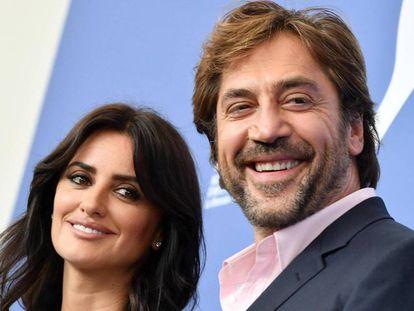 Penélope Cruz y Javier Bardem sonríen durante la presentación de la película 'Loving Pablo'.