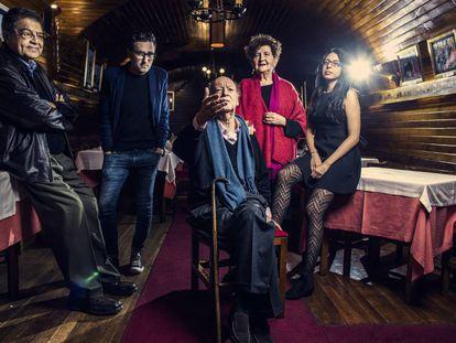 De izquierda a derecha, Sergio Ramírez, Patricio Pron, Jorge Edwards, Margo Glantz y Mónica Ojeda, en el sótano del café Gijón de Madrid.