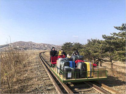 Una imagen hecha pública el 25 de febrero de 2021 por las autoridades rusas muestra a un grupo de diplomáticos de ese país abandonando Corea del Norte por las vías del tren.
