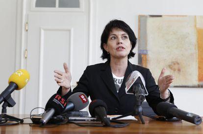 La ministra suiza de Medio Ambiente y Energía, Doris Leuthard, habla en una rueda de prensa en Suiza.