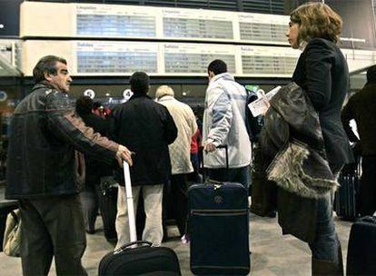 Pasajeros del AVE en Sevilla embarcan hasta la estación intermedia de La Sagra, desde la que serán traslados en autobús a Madrid.