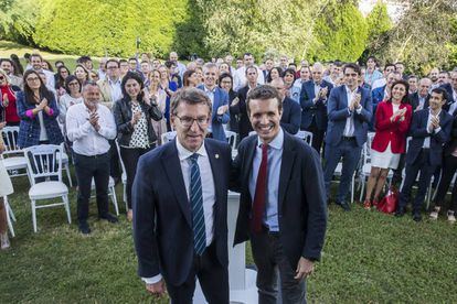 Feijóo y Casado, durante el encuentro con compromisarios gallegos en Santiago.
