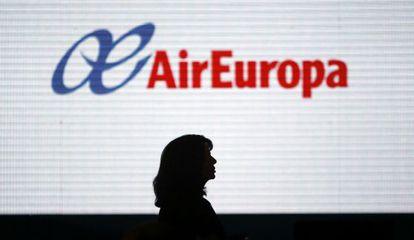 Una mujer camina por delante de un letrero de Air Europa en el aeropuerto de Madrid-Barajas.