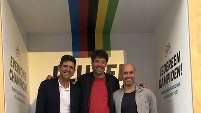 Abraham Olano, Óscar Freire e Igor Astarloa, en un podio callejero en Lovaina.