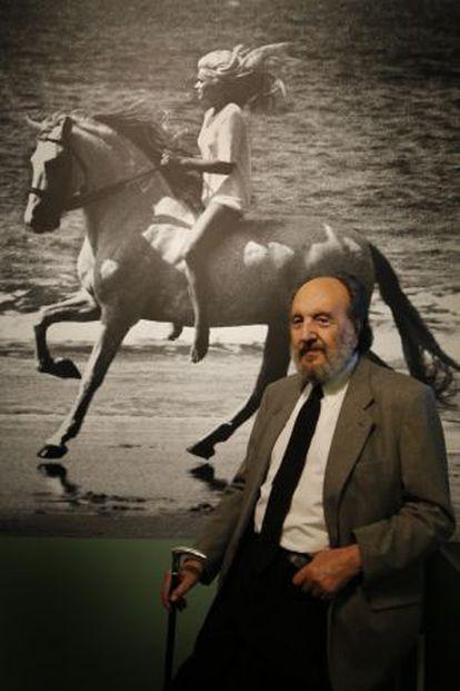 El fotógrafo junto a una imagen de su famoso anunico de Terry.
