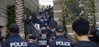 Agentes federales entrando en un complejo de apartamentos de lujo en Irvine, al sur de Los Ángeles, el martes por la mañana.