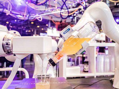 Un 'bar robótico' muestra su funcionalidad durante el festival Viva Technology de Versalles.