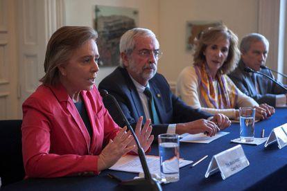 María Amparo Casar, Enrique Graue, rector de la UNAM, y María Elena Morera en rueda de prensa en la Casa del Lago.