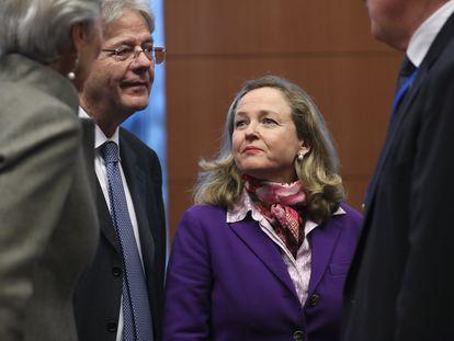 Nadia Calviño junto a Gentiloni, Lagarde en un Eurogrupo.