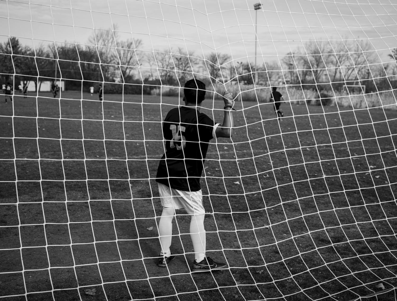 Adolescentes de Bensenville juegan a fútbol los fines de semana. Algunos vienen antes y después de sus turnos en las fábricas.