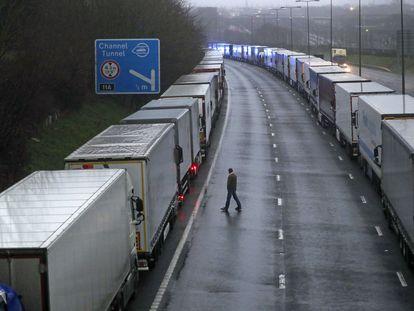 Camiones aparcados en la M20, a su paso por Kent, cerca del puerto de Dover, este lunes 21 de diciembre.