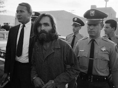 Charles Manson (en la imagen escoltado al juzgado) y su 'familia' cometieron una serie de asesinatos a finales de los sesenta. Cumple cadena perpetua.
