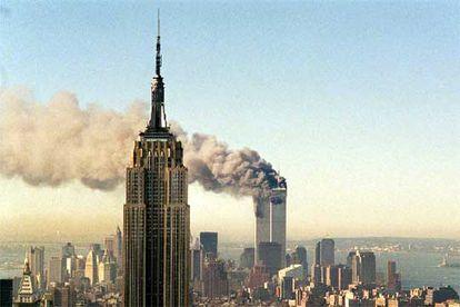 11 de septiembre de 2001. Las Torres Gemelas de Nueva York arden detrás del Empire State.