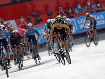 Enric Mas y Roglic, esprintando en la llegada a meta.