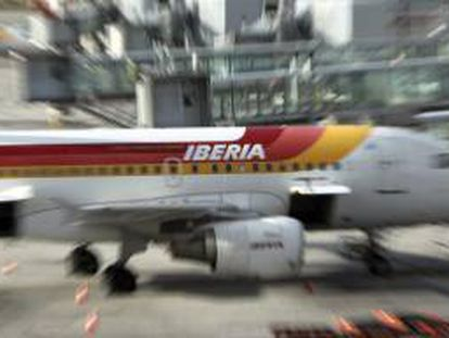 Un avión de Iberia en una de las pistas del aeropuerto de Barajas de Madrid. EFE/Archivo