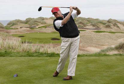 Donald Trump, jugando al golf.