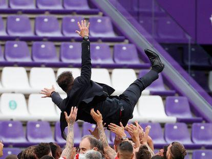 Los jugadores del Atlético mantean a Simeone tras ganar la Liga en Valladolid.