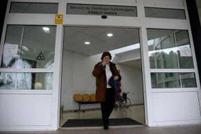 10.20. HOSPITAL DE A CORUÑA. La paciente sale del servicio de Oncología Radioterápica Camilo Veiras, en el Centro Oncológico de la capital coruñesa.