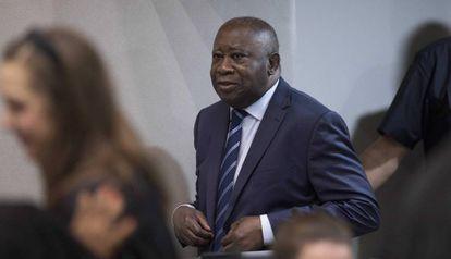 El expresidente de Costa de Marfil Laurent Gbagbo entra este martes en la sala de la Corte Penal Internacional (CPI), en la Haya.