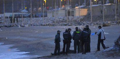 Agentes de la Guardia Civil rodean el cadáver del décimo subsahariano fallecido en el paso de Ceuta que ha aparecido.