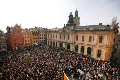 Ciudadanos se manifiestan en Estocolmo contra los abusos sexuales, por la transparencia en la Academia Sueca y en apoyo a su ex secretaria Sara Danius.