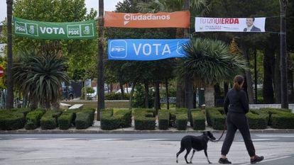 Pancartas electorales de PSOE, PP, Ciudadanos y Unidas Podemos en un parque de la localidad sevillana de Bollullos de la Mitación.