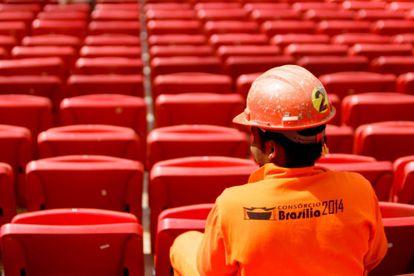 Un trabajador en el estadio Mané Garrincha en mayo de 2013.