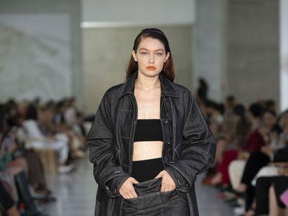 Gigi Hadid desfila para Max Mara en la semana de la moda en Milán de este año.
