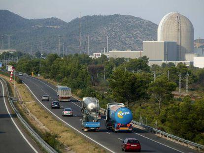 La central nuclear de Vandellós II junto a la autopista AP-7.